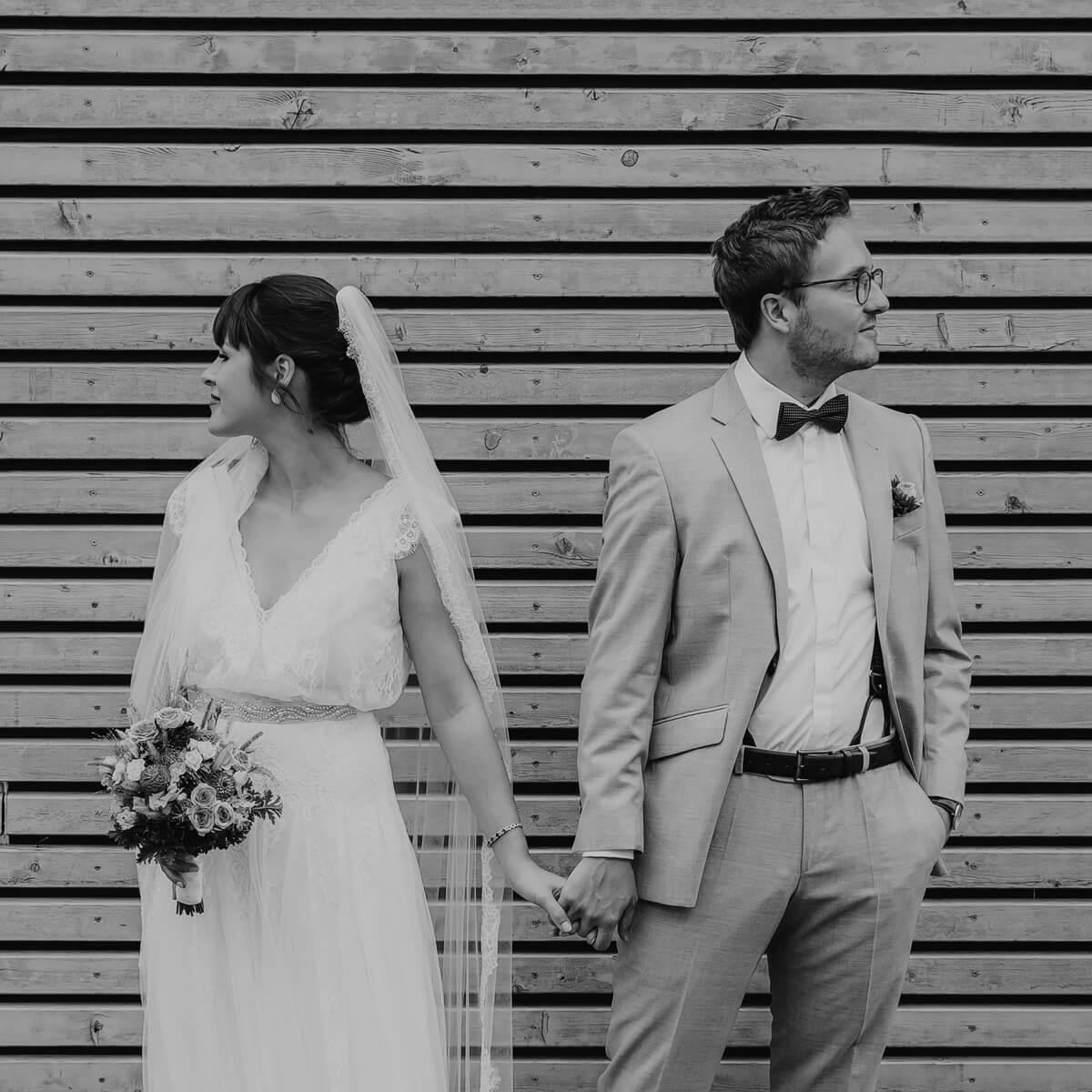 Brautpaar_vor_Holzwand_SW