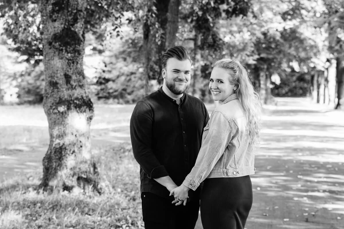 ein Mann und eine Frau stehen sich schräg gegenüber und halten sich die Hände