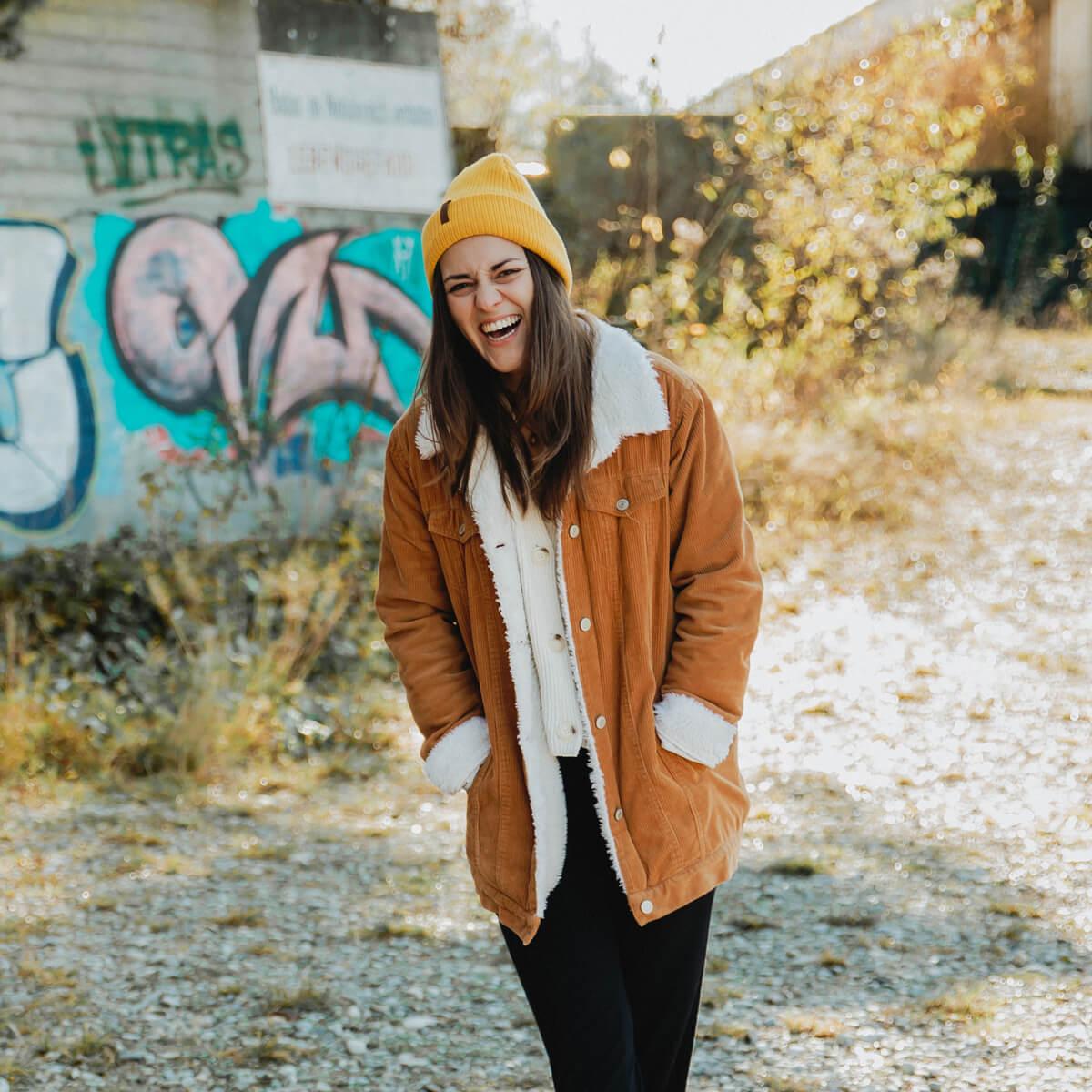 Herbstsonne-lachende-Frau-vor-Graffitti