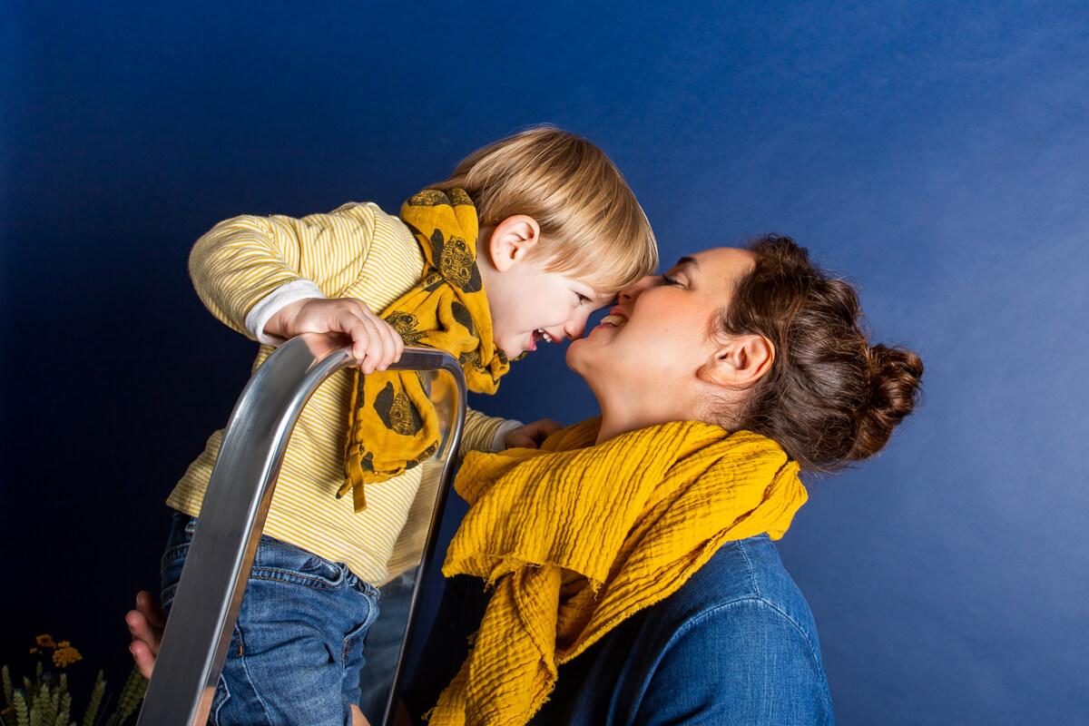 Mama und Sohn auf Leiter im Fotostudiofoto