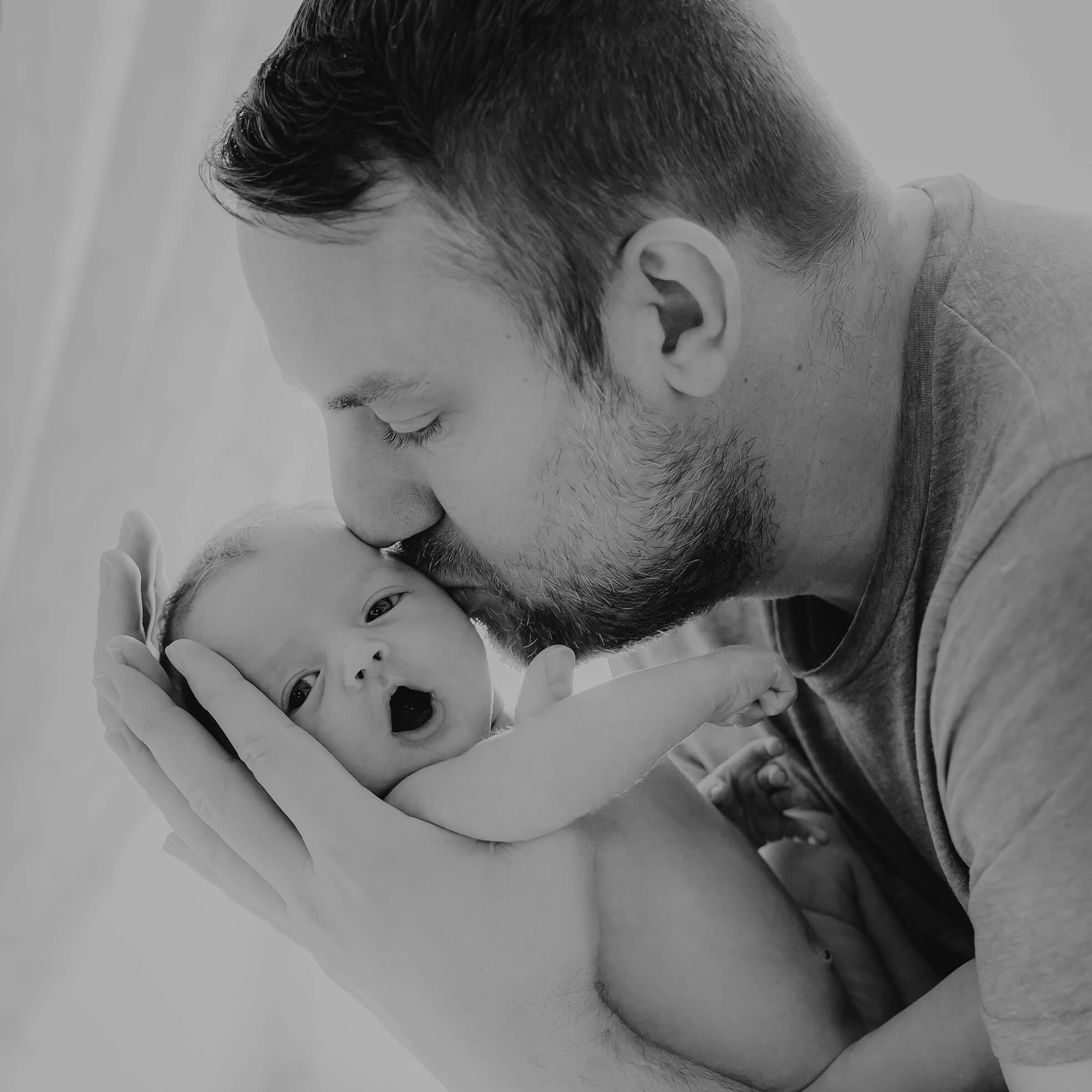 Newborn_Baby und Papa