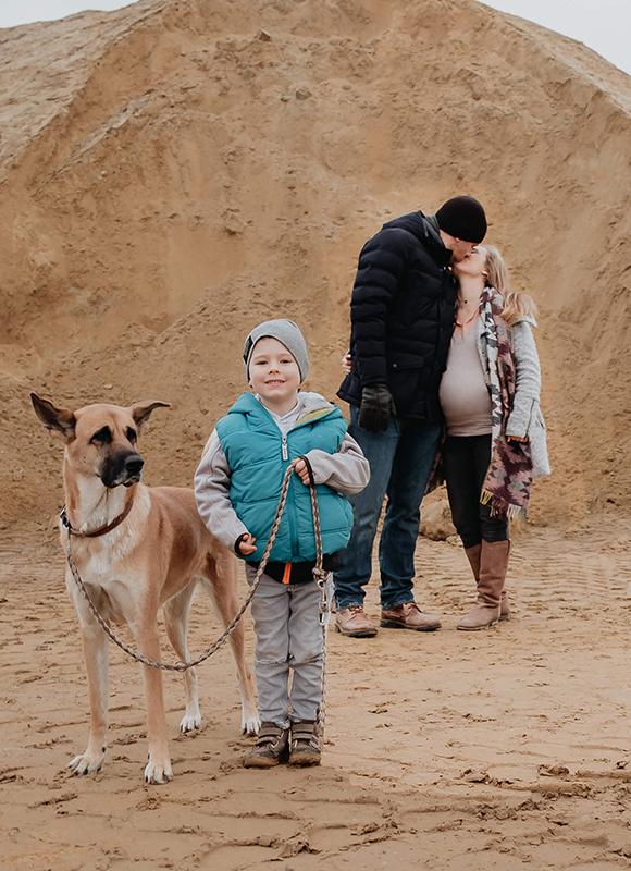 Schwangerschaftsshooting_Familie-im-Sand